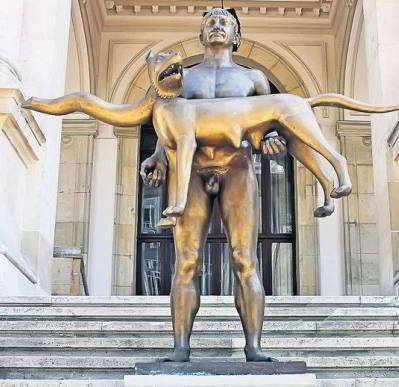 Statuia împăratului roman Traian, în faţa Muzeului de Istorie din Bucureşti