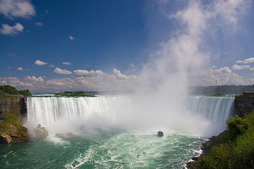 Un copil de 10 ani a supravieţuit după ce a căzut în cascada Niagara