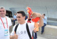 Marian Drăgulescu făcând plăcere unui spectator care i-a dat o mascotă