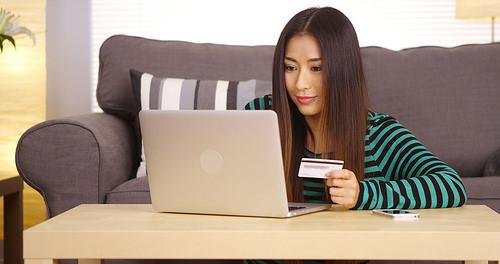 Canadienii preferă să cumpere cadourile online