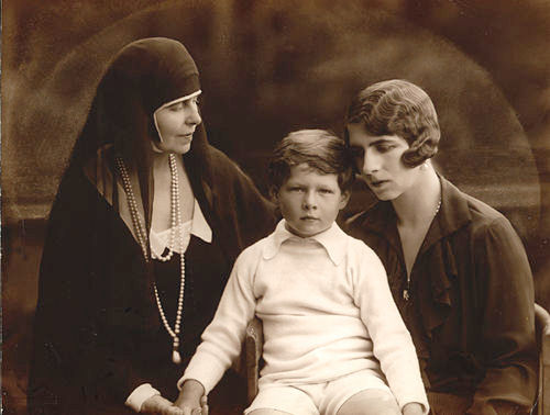 Queen Marie of Romania with Queen Mother Helen and King Michael. (între 1920-1930)