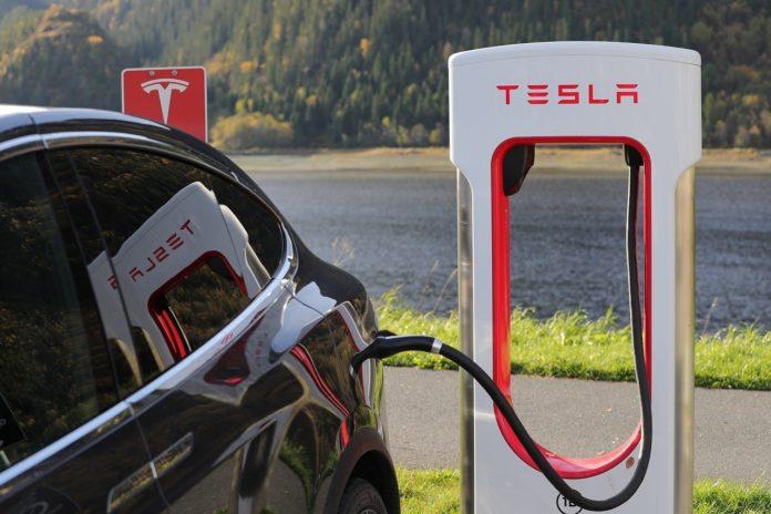 Tesla Tesla Model X Charging  - Blomst / Pixabay